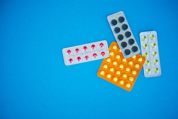 Comprimidos em uma superfície azul Foto Premium