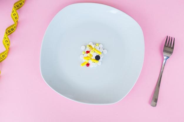 Comprimidos em uma superfície rosa Foto Premium