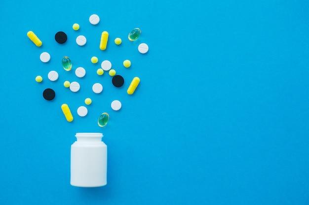 Comprimidos médicos. comprimidos e cápsula coloridos. tema farmácia, comprimidos cápsula com antibiótico medicina em embalagens Foto Premium