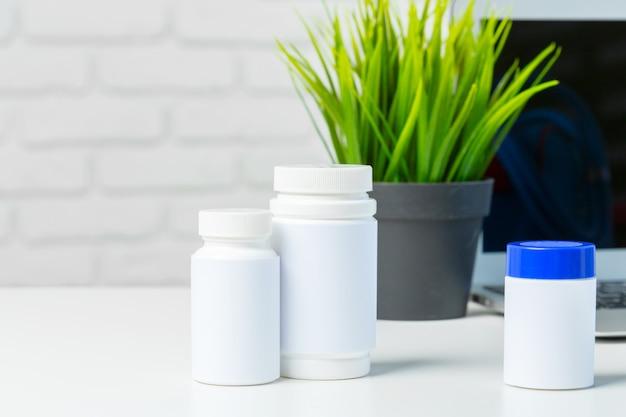 Comprimidos na mesa branca Foto Premium