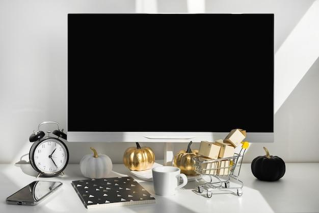 Computador desktop moderno com decoração de outono Foto Premium