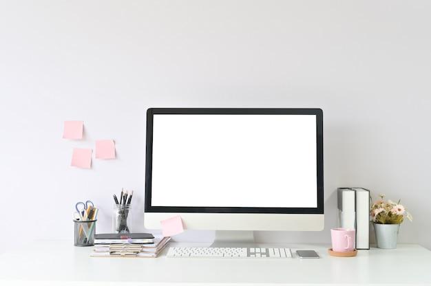 Computador do espaço de trabalho e material de escritório no local de trabalho do escritório com exposição vazia do computador do pc do modelo. Foto Premium