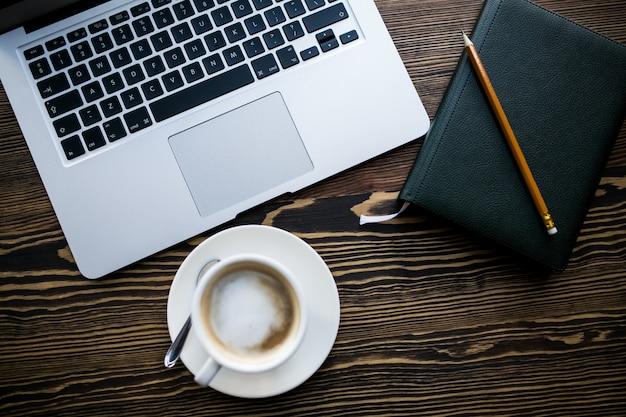 Computador e café Foto gratuita