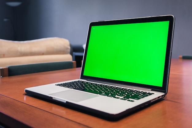 Computador isolado com tela verde em uma sala de estar. Foto Premium