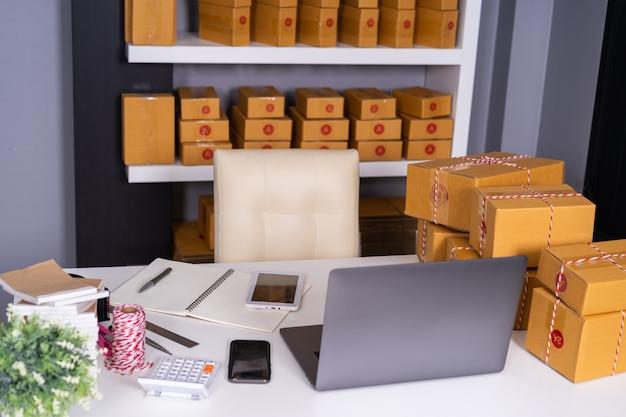 Computador laptop, ligado, tabela, e, pacote, caixa, pronto, para, expedição, para, clientes, em, escritório lar Foto Premium