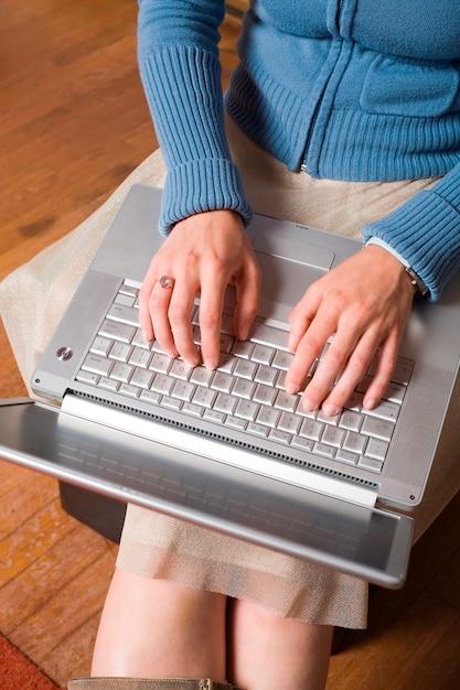 Computador no colo de mulher jovem Foto Premium