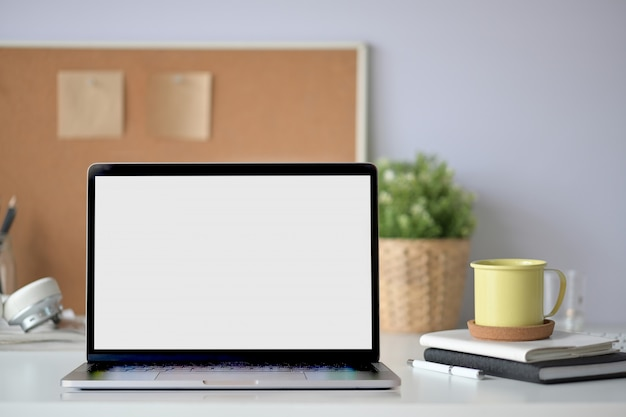 Computador portátil de tela em branco no espaço de trabalho Foto Premium