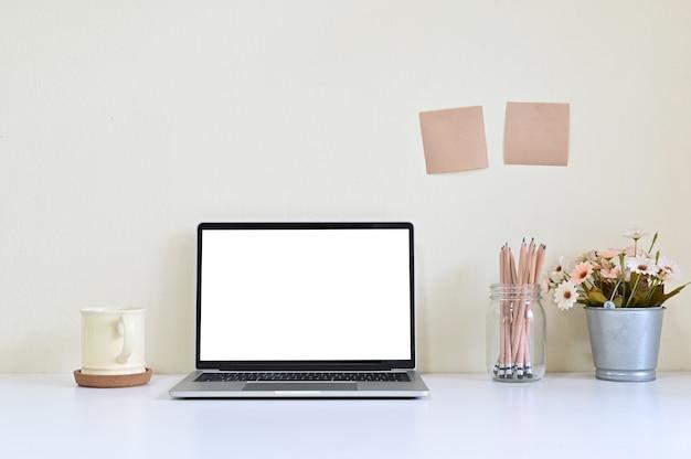 Computador portátil do espaço de trabalho e fonte de escritório na mesa de escritório Foto Premium