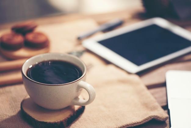 Computador portátil, telefone e café no jardim - conceito de trabalho freelance ou remoto Foto Premium