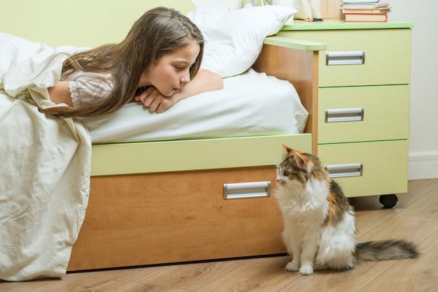 Comunicação de contato entre a criança e o animal de estimação Foto Premium