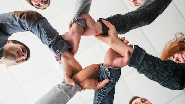 Comunidade conceito com as mãos das pessoas Foto gratuita