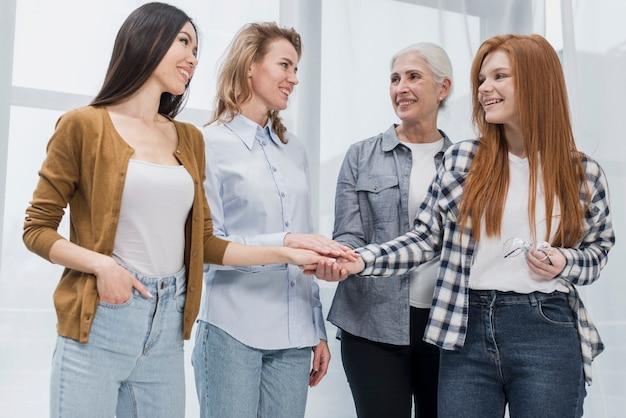Comunidade da reunião de mulher Foto gratuita