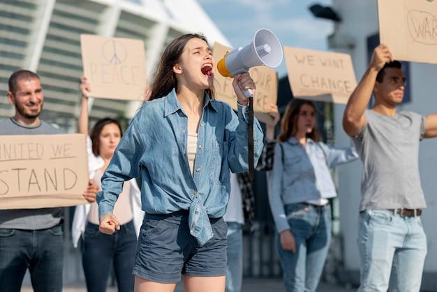 Comunidade marchando juntos pela paz Foto gratuita