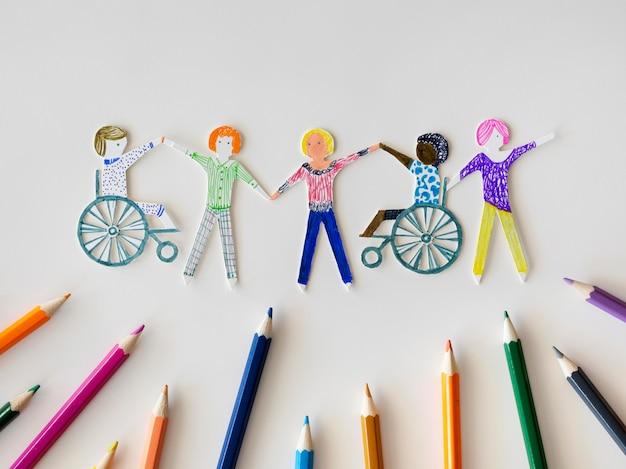Comunidade multiétnica e de deficientes com lápis Foto gratuita
