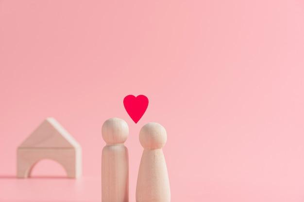Conceito abstrato de casal marido e mulher, compartilhando amor juntos em pé com a casa, planejando criar família, dia dos namorados Foto Premium