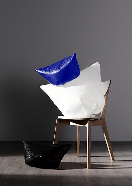 Conceito abstrato de saco de plástico na cadeira Foto gratuita