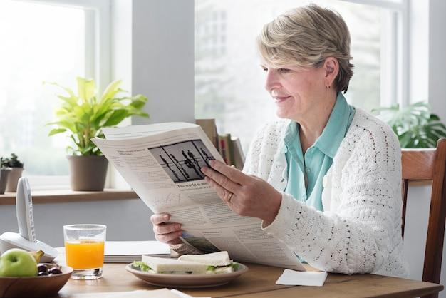 Conceito adulto sênior do lazer do jornal da leitura Foto Premium