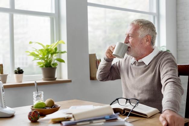 Conceito adulto sênior do passatempo do lazer do livro de leitura Foto Premium