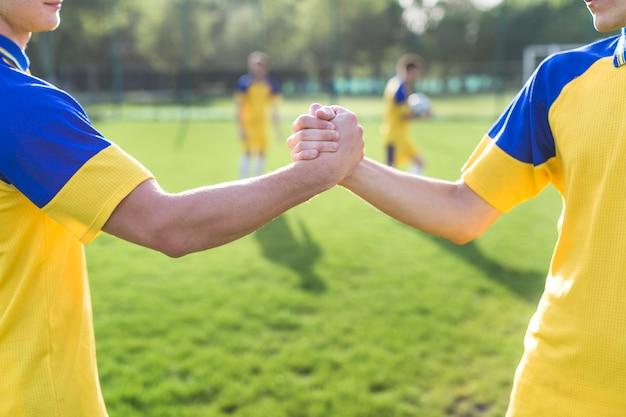Conceito amador de futebol e trabalho em equipe Foto Premium