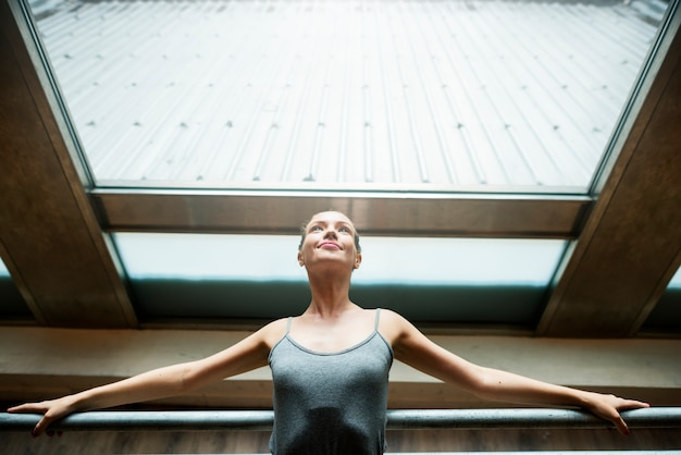 Conceito artístico do executor da dança do bailado do equilíbrio da bailarina Foto Premium