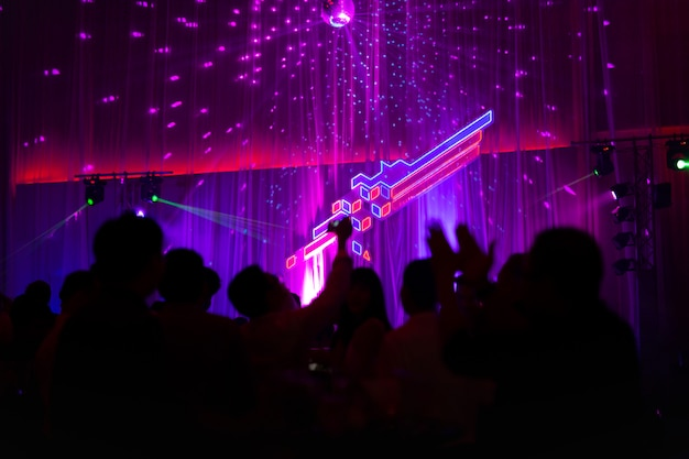 Conceito borrado na festa de concertos com audiência e iluminação conduzida colorida. Foto Premium