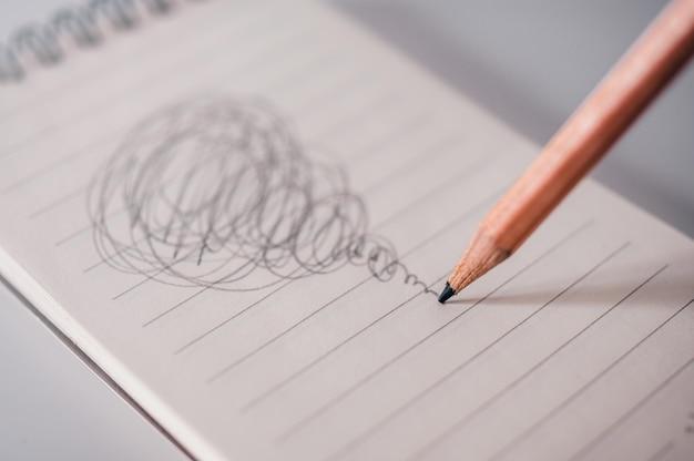 Conceito confuso com desenho ocupado lápis. Foto Premium