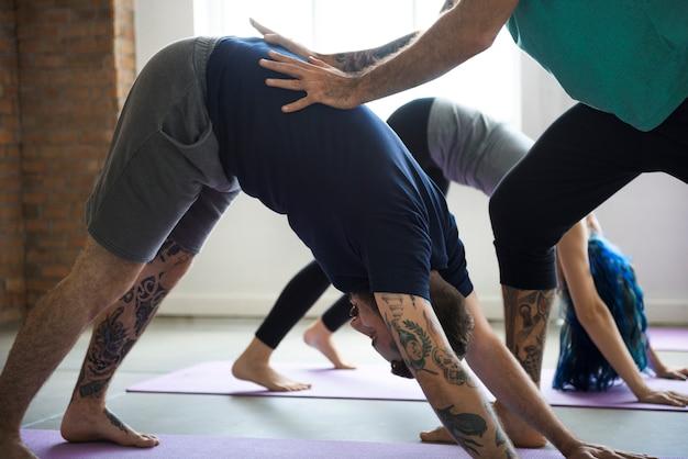 Conceito da classe do exercício da prática da ioga Foto Premium