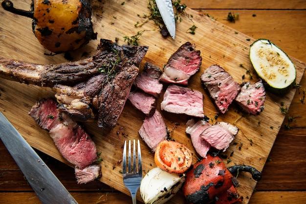 Conceito da culinária do bife de carne de Cutted Foto gratuita