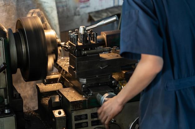 Conceito da indústria metalúrgica. máquina de torno de controle de engenharia mecânica na fábrica. Foto Premium