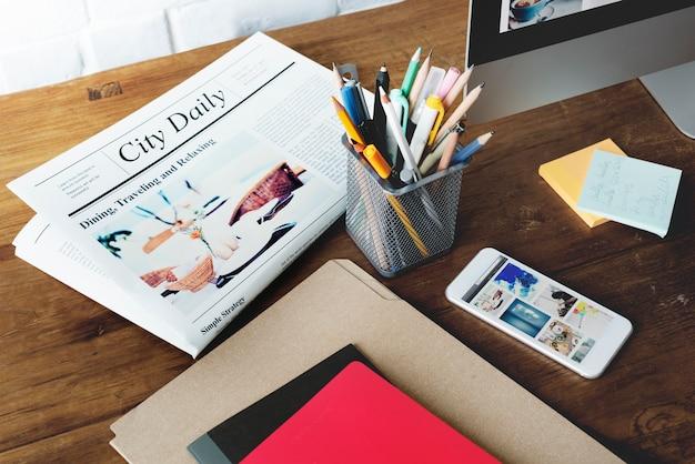 Conceito da informática do computador do telefone celular da informação do jornal Foto Premium