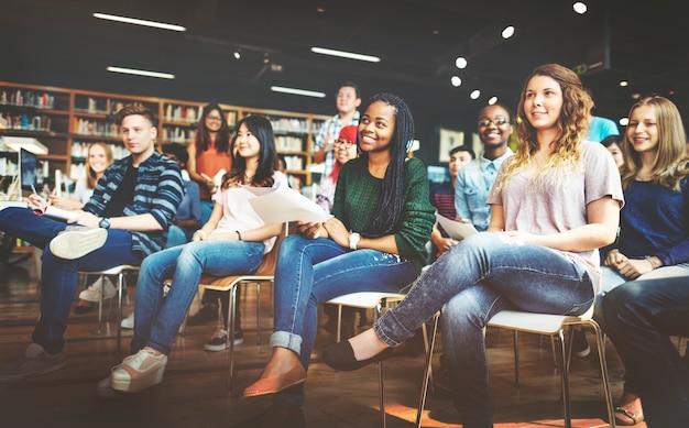 Conceito da leitura da sala de aula do classmate do estudo do estudante Foto Premium