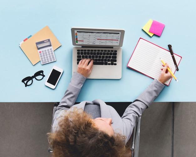 Conceito da mesa da programação do calendário do portátil do computador Foto Premium