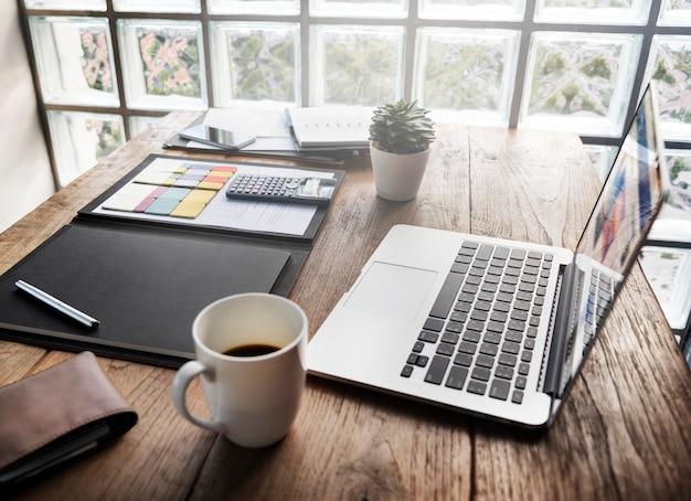 Conceito da mesa do espaço de trabalho do escritório dos objetos de negócio Foto Premium