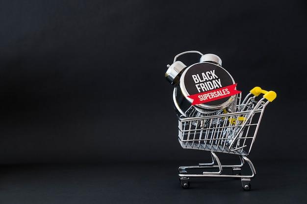 Conceito da sexta-feira negra com alarme no carrinho e no espaço Foto gratuita