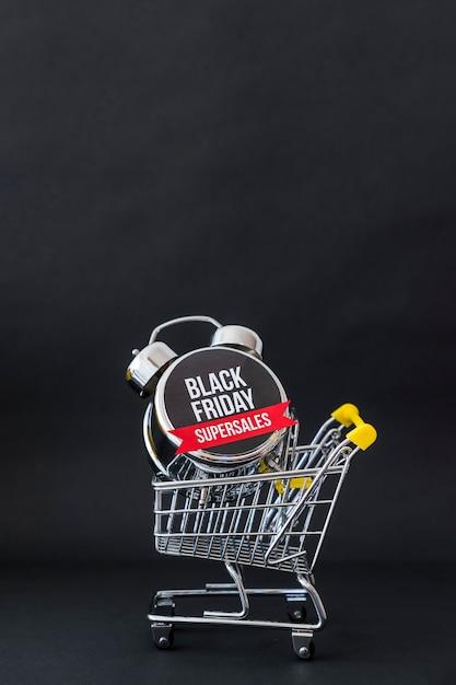 Conceito da sexta-feira negra com carrinho de brinquedo Foto gratuita