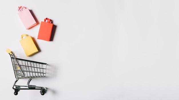Conceito da sexta-feira negra com carrinho e espaço Foto gratuita