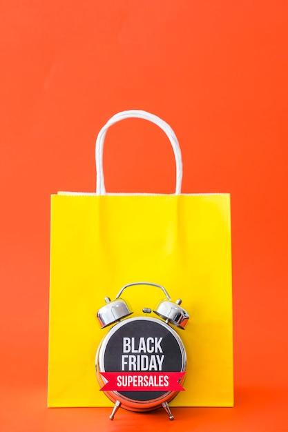 Conceito da sexta-feira negra com saco e alarme Foto gratuita