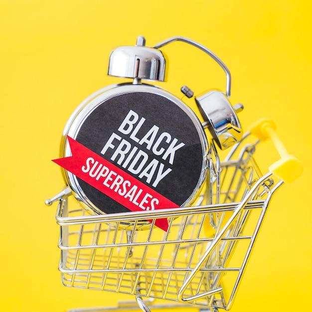Conceito da sexta-feira negra com vista ascendente do alarme no carrinho Foto gratuita
