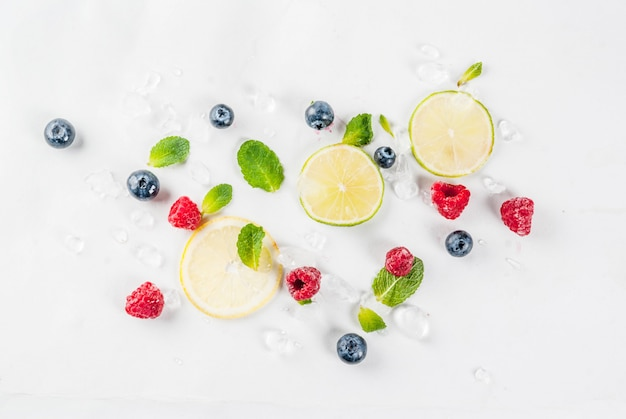 Conceito de alimentos e bebidas orgânicos saudáveis, seleção de frutas e bagas, padrão de mirtilo limão framboesa Foto Premium