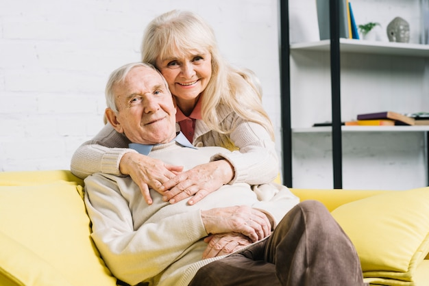 Conceito de amor com casal sênior Foto gratuita