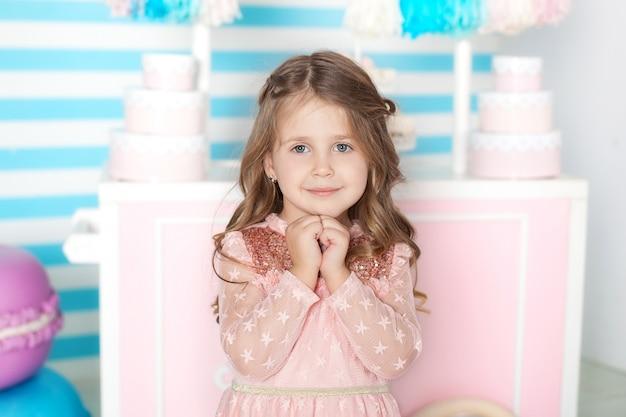 Conceito de aniversário e felicidade - menina feliz com doces Foto Premium