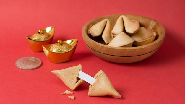Conceito de ano novo chinês com biscoitos da sorte Foto gratuita