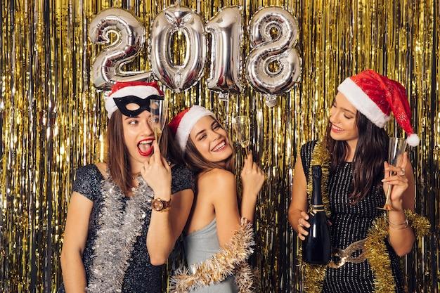 Conceito de ano novo com meninas Foto gratuita
