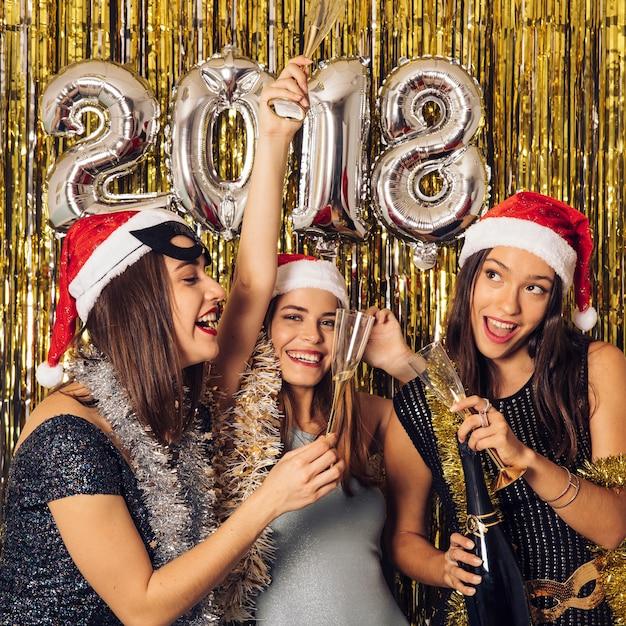 Conceito de ano novo com três meninas Foto gratuita
