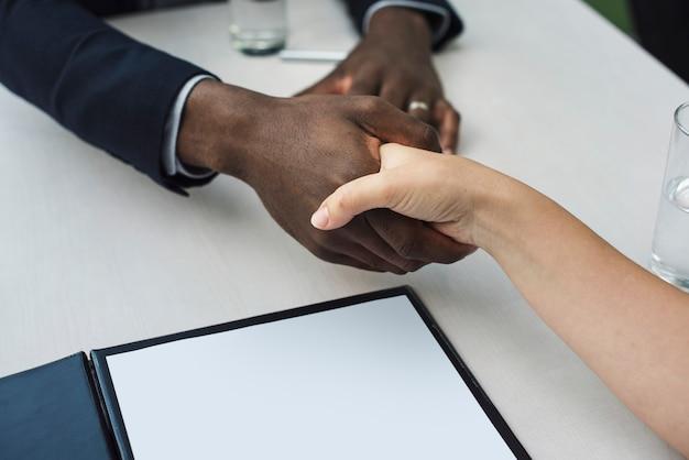 Conceito de aperto de mão de documentos de contrato de negócios Foto Premium