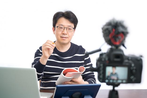 Conceito de aprendizagem on-line. um professor do sexo masculino asiático de meia-idade se preparando para aprender online. Foto Premium