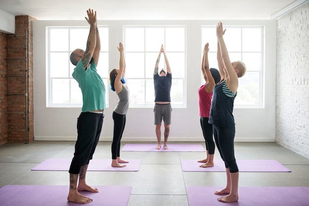 Conceito de aula de exercício de prática de ioga Foto Premium