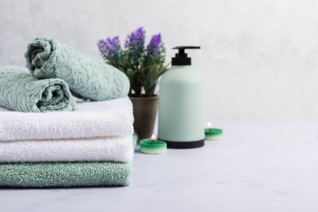Conceito de banho com toalhas e lilás Foto gratuita