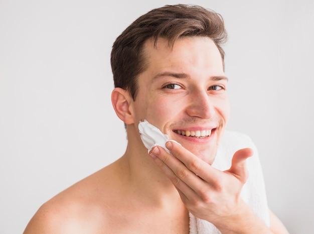 Conceito de barbear com homem atraente Foto gratuita