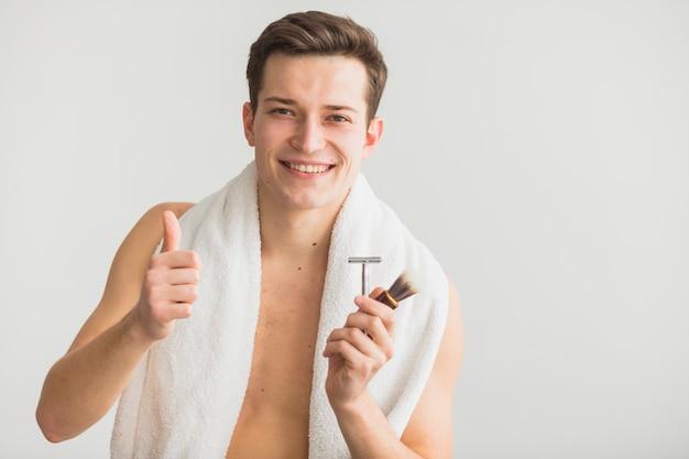 Conceito de barbear com jovem atraente Foto gratuita